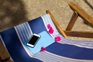 Liegestuhl mit Laptop und Smartphone